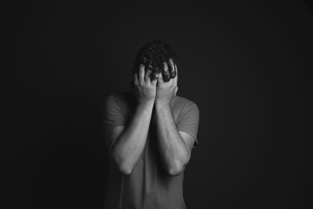 Homem confuso pois não consegue assumir as suas emoções.