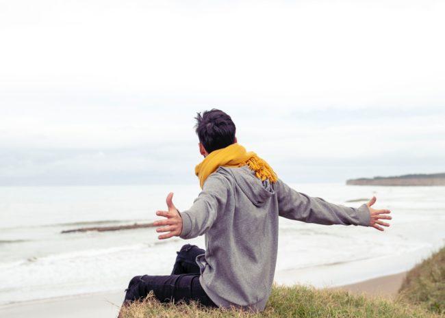 Um homem se sentindo leve porque está livre da ansiedade.