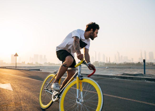 Um homem motivado andando de bicicleta.