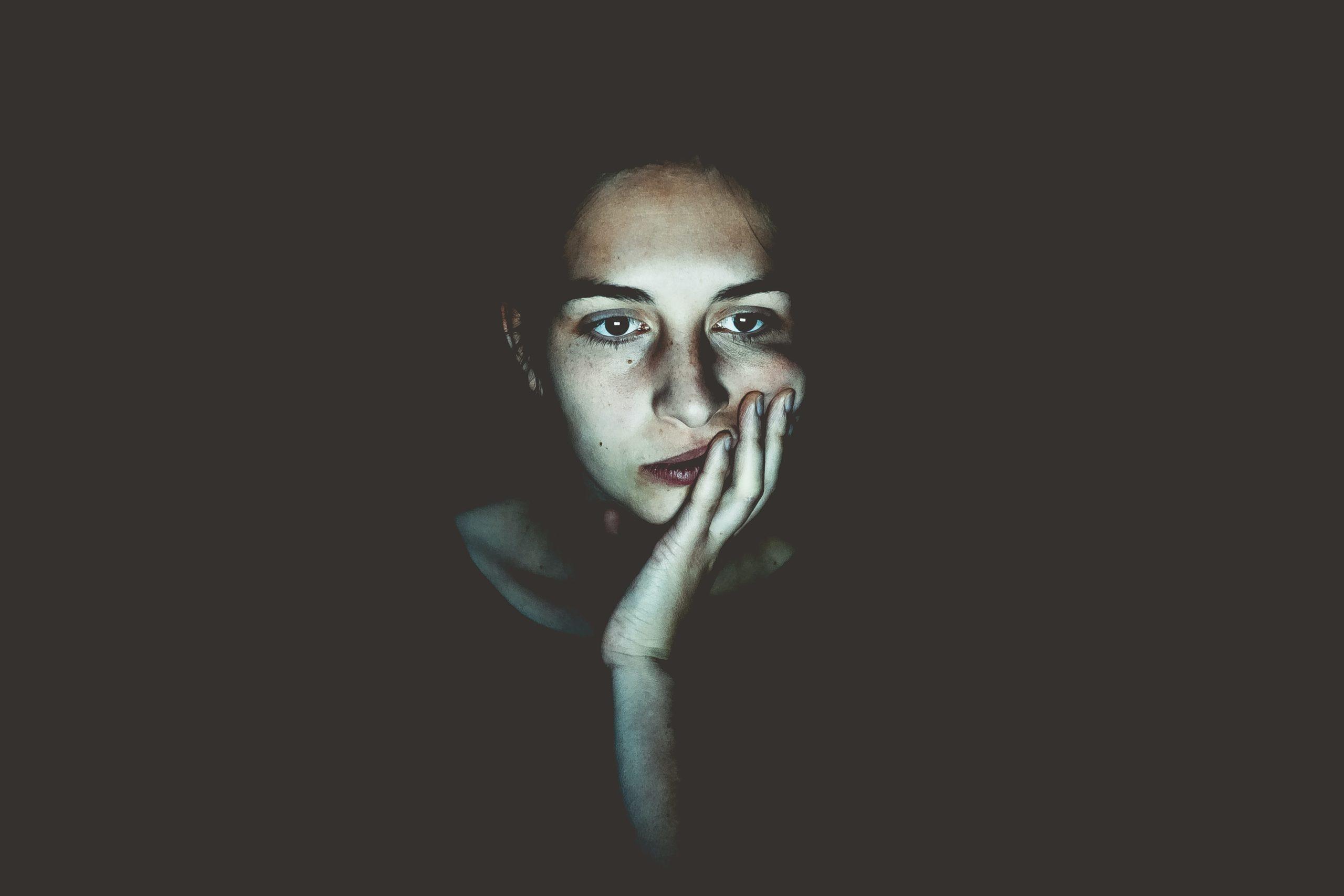 Uma mulher se sentindo nervosa pois não sabe o que fazer.