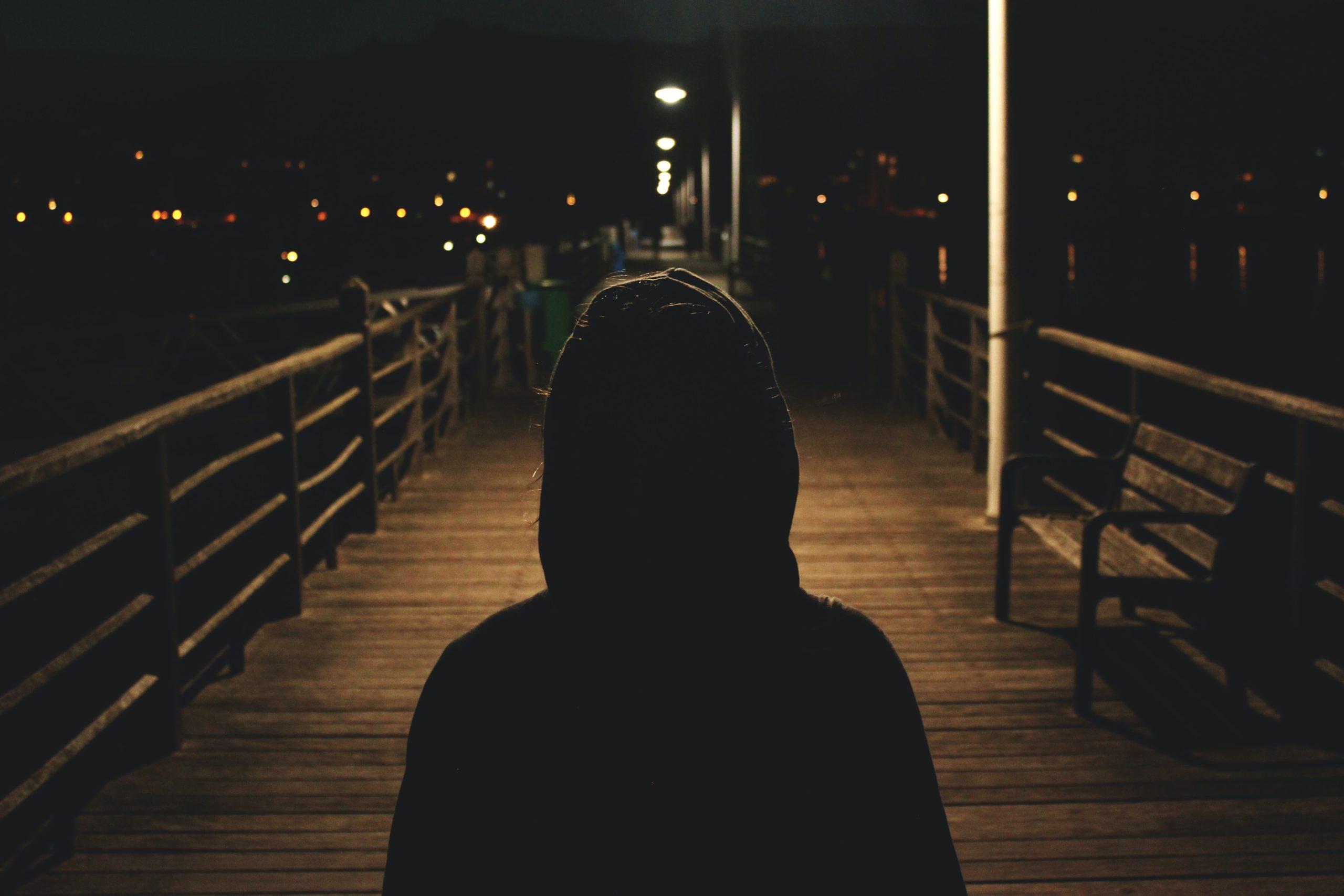 Um homem se sentindo perdido pois está com muitas vozes negativas em sua cabeça
