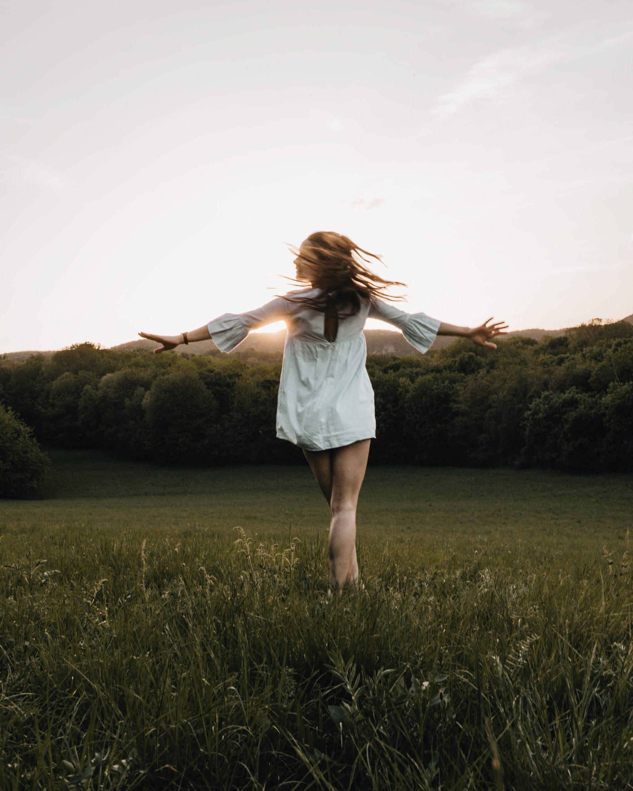 uma mulher se sentindo livre e desapegada