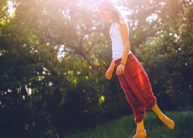 Um mulher se equilibrando, ela quer ter equilibro entre o corpo, a mente e o espiríto.