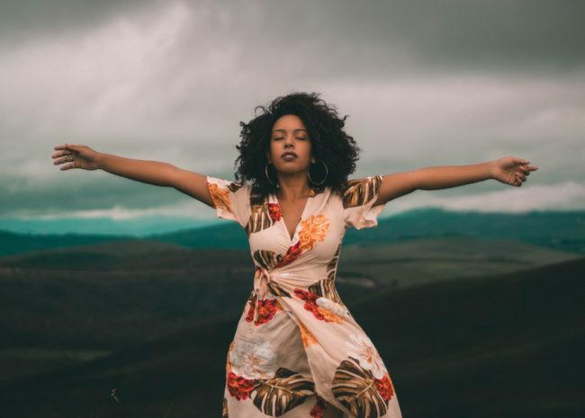 Uma mulher se sentindo livre da ansiedade e do estresse.