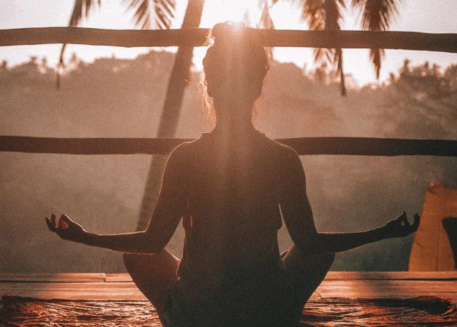 Uma mulher meditando aliviada