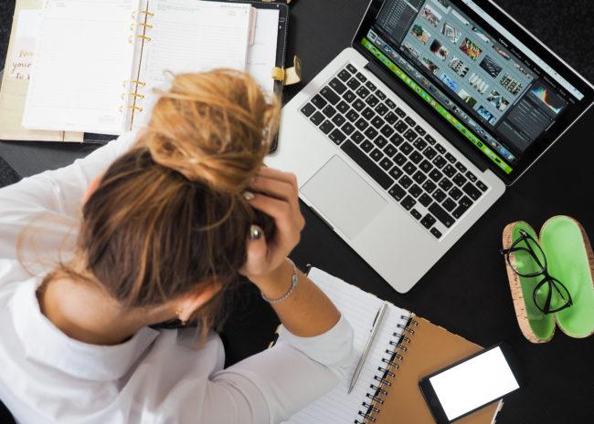 Uma mulher estressada no trabalho.