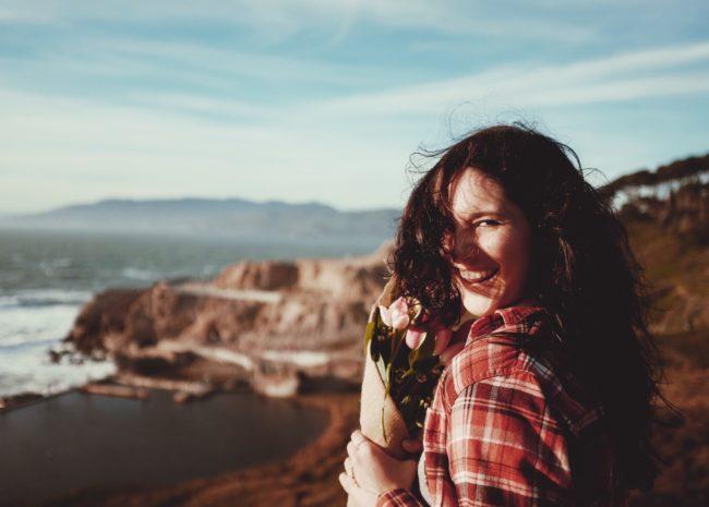 Uma mulher feliz pois está se sentindo leve.