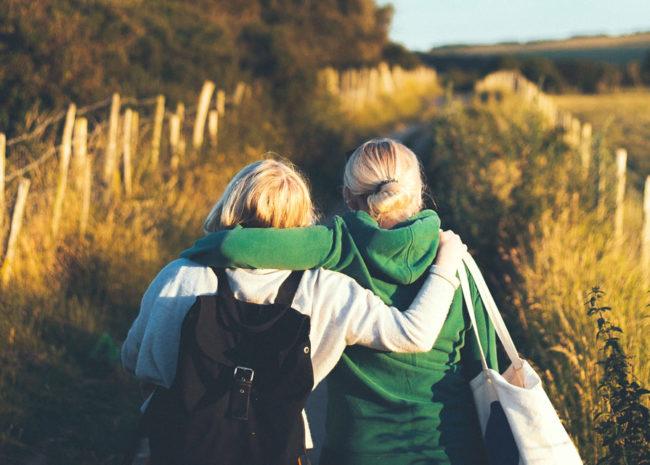 Duas pessoas se abraçando.
