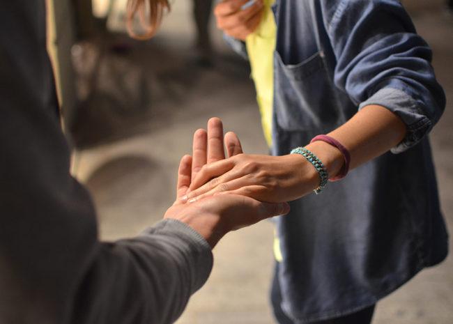 Uma pessoa estendendo a mão para outra.