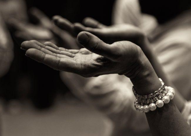 Uma mulher com as mãos para cima, expressando esperança para se curar da depressão.