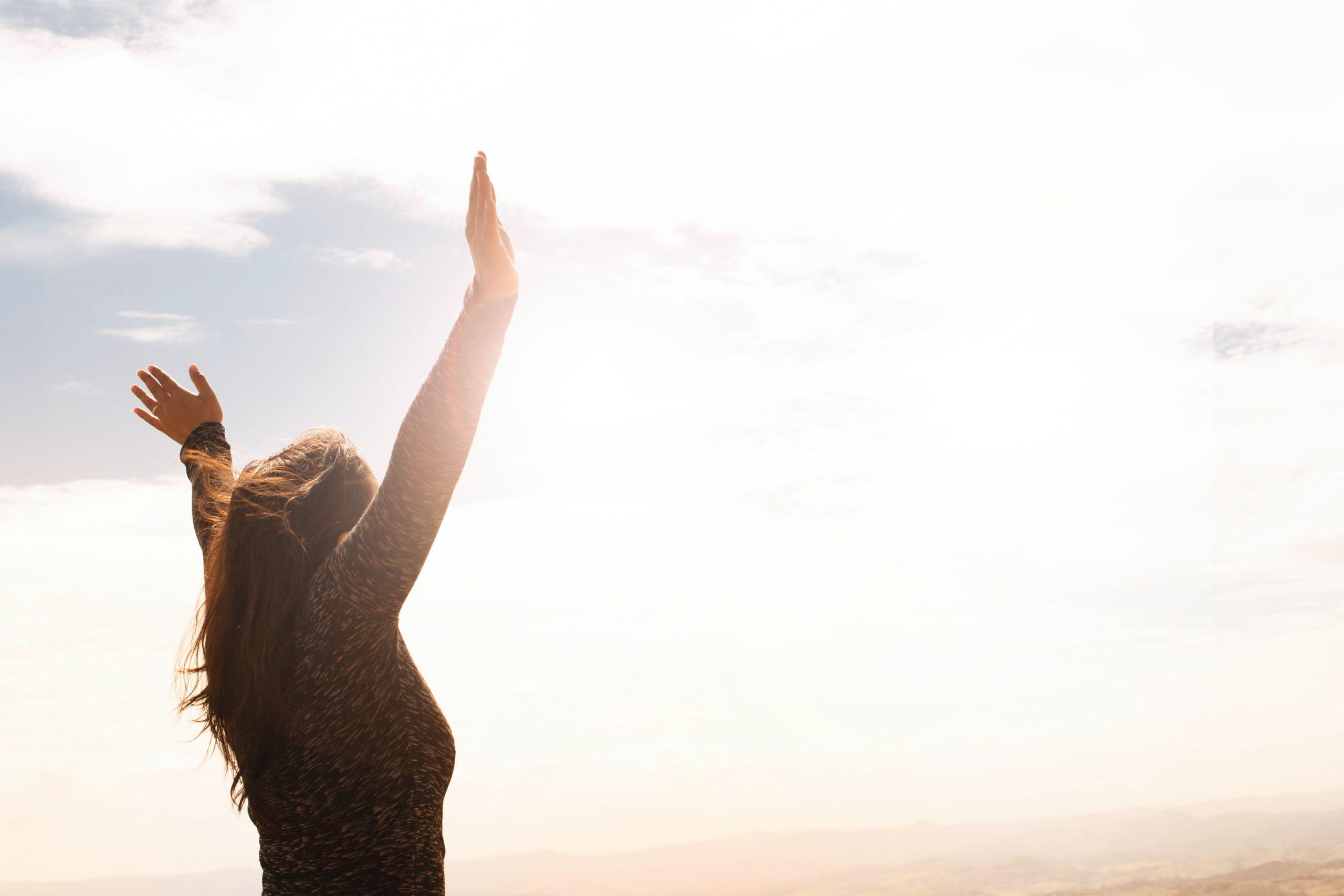 Uma mulher se sentindo livre e leve.