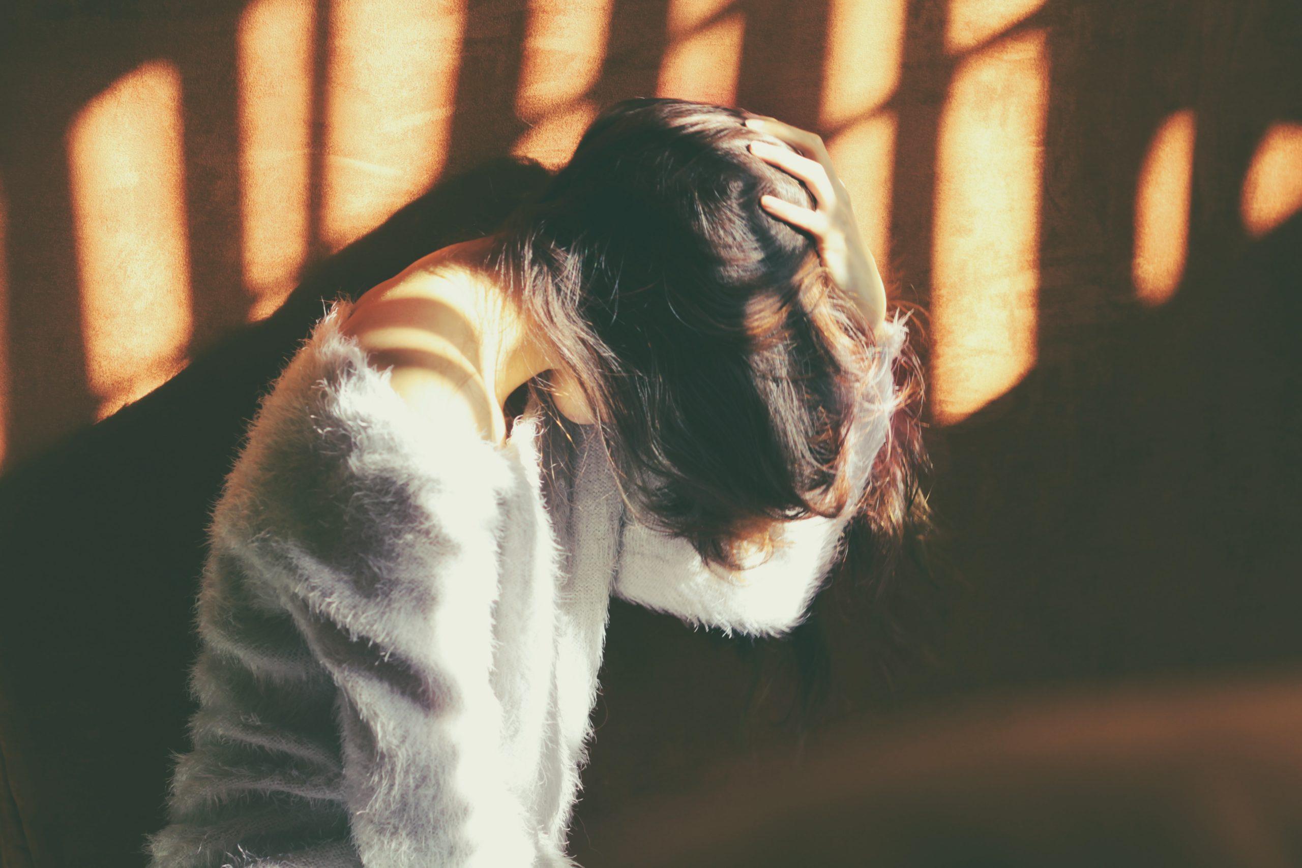 Uma mulher triste pois ela pensa muitas coisas negativas.