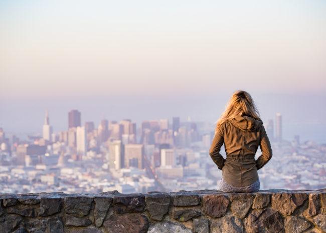 Uma mulher refletindo sobre a vida e querendo fazer mudanças.
