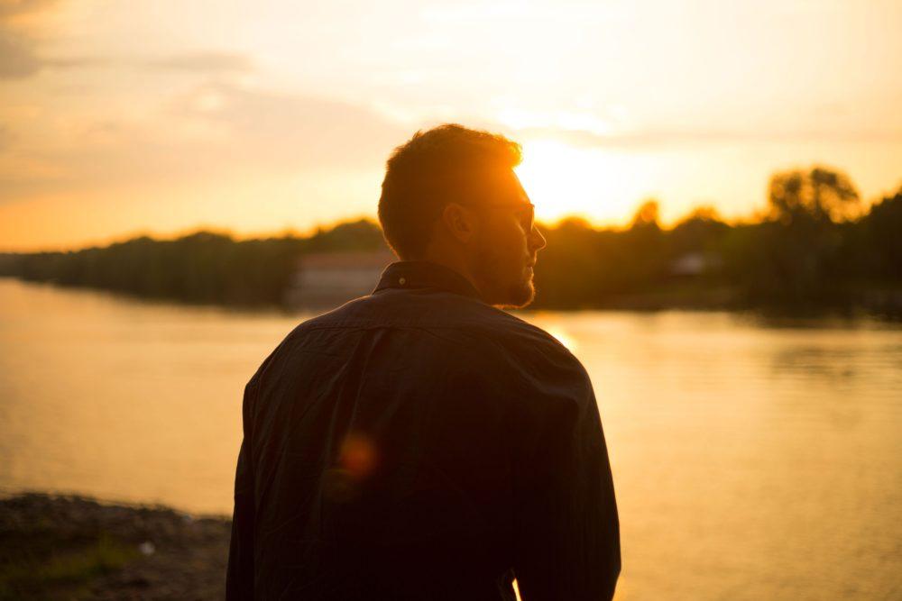 Um homem refletindo sobre a sua vida e querendo melhorar.