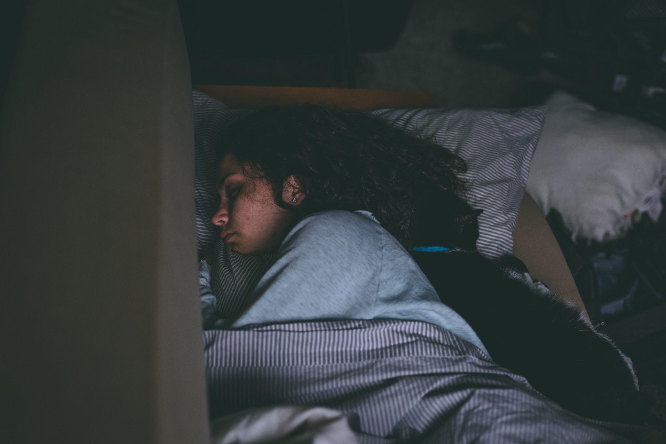 Uma mulher dormindo pois está exausta.