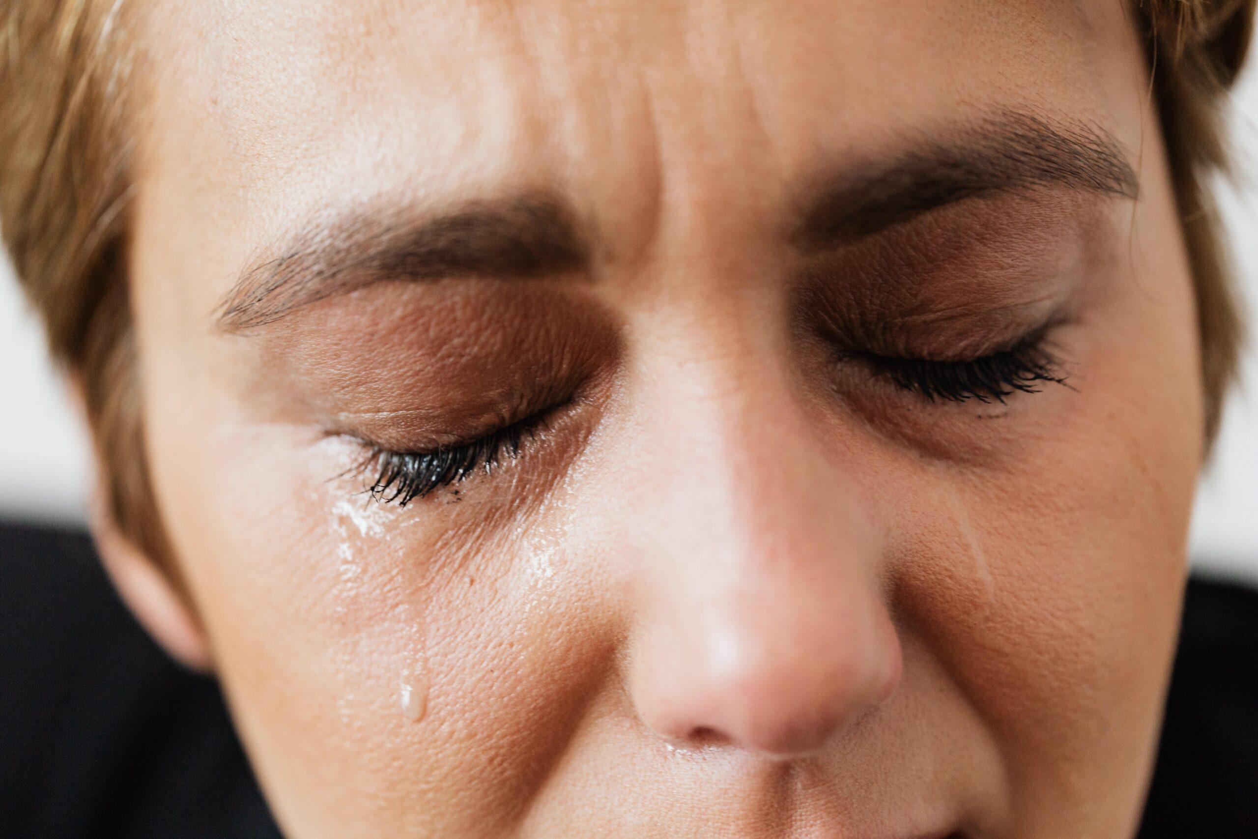 Uma mulher chorando pois não sabe mais o que fazer na sua vida.