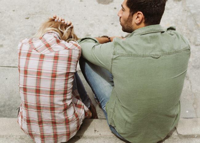 Um casal discutindo sobre a relação.
