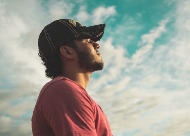 Um homem respirando e sentindo a calmaria.